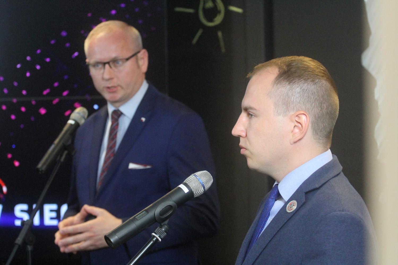 Senator Mikołajczyk i wiceminister Andruszkiewicz na briefingu. Fot. PSam