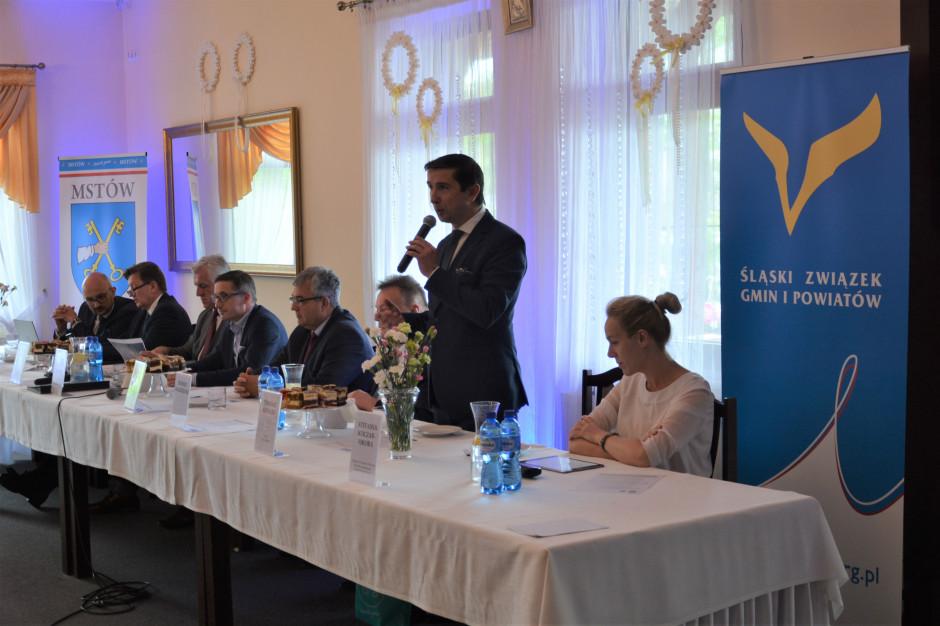 Co trapi polski samorząd? Kilka tematów zdominowało debatę burmistrzów i wójtów