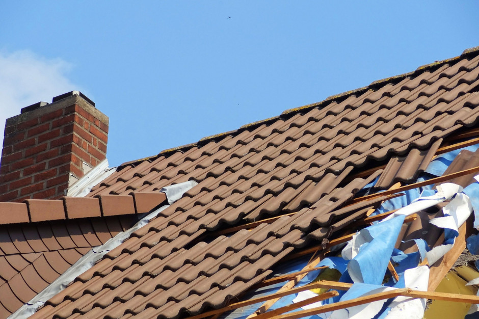 Szkody po burzach: Silny wiatr zerwał dachy z budynków w woj. dolnośląskim