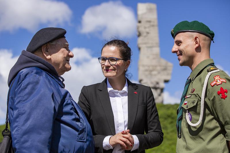 Od lewej: kpt. Henryk Bajduszewski, prezydent Aleksandra Dulkiewicz i hm. Artur Lemański (fot.Jerzy Pinkas/gdansk.pl)