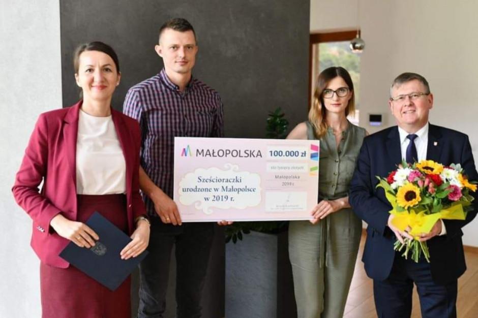Rodzice sześcioraczków z Tylmanowej dostali czek na 100 tys. zł