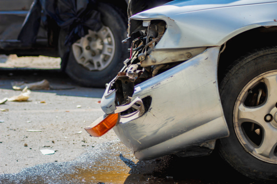 Łódzkie: Po zderzeniu dwóch aut zablokowana dk 12 w Sulejowie