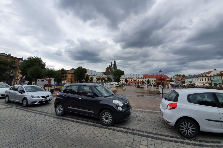 Koniec z parkowaniem na rynku. Olkusz wprowadza ograniczenia