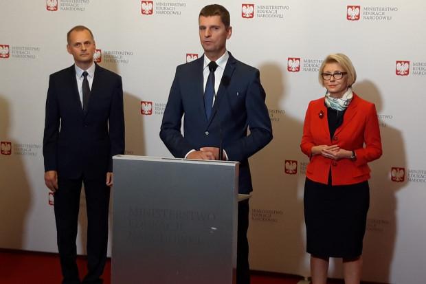 Podczas konferencji ministra Dariusza Piontkowskiego wspierali Marzena Machałek, wiceminister MEN, oraz Krzysztof Wiśniewski, II wicekurator Kuratorium Oświaty w Warszawie fot. BB)(