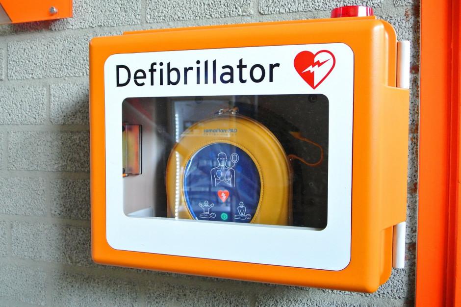 Piotrków Trybunalski kupuje defibrylatory. Pojawią się w urzędzie, na stadionie i pływalni