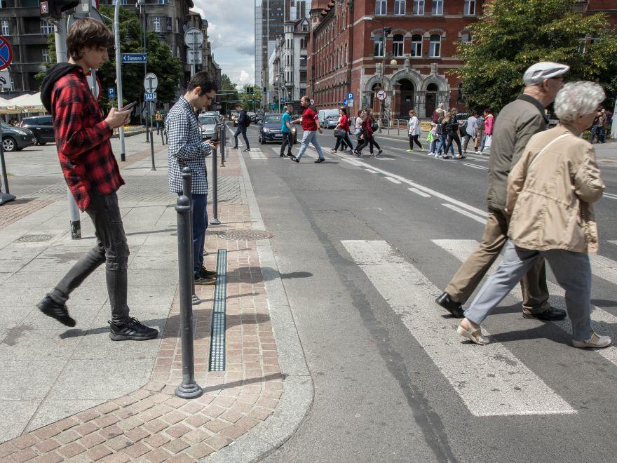 Podświetlona krawędź ma uchronić pieszych przed wtargnięciem na ulicę (fot. UMK)