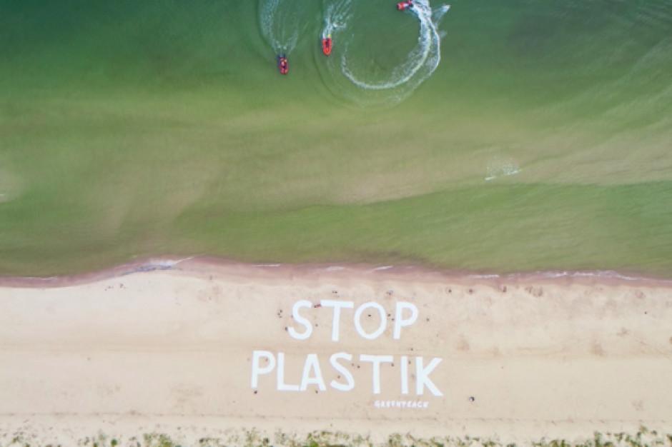 """Greenpeace w Kołobrzegu prowadzi akcję """"Strefa bez plastiku"""""""