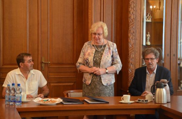 Umowę podpisali dyrektor teatru Jerzy Makselon i prezes konsorcjum EFEKT Bogusław Kuca (fot. UM Zabrze)