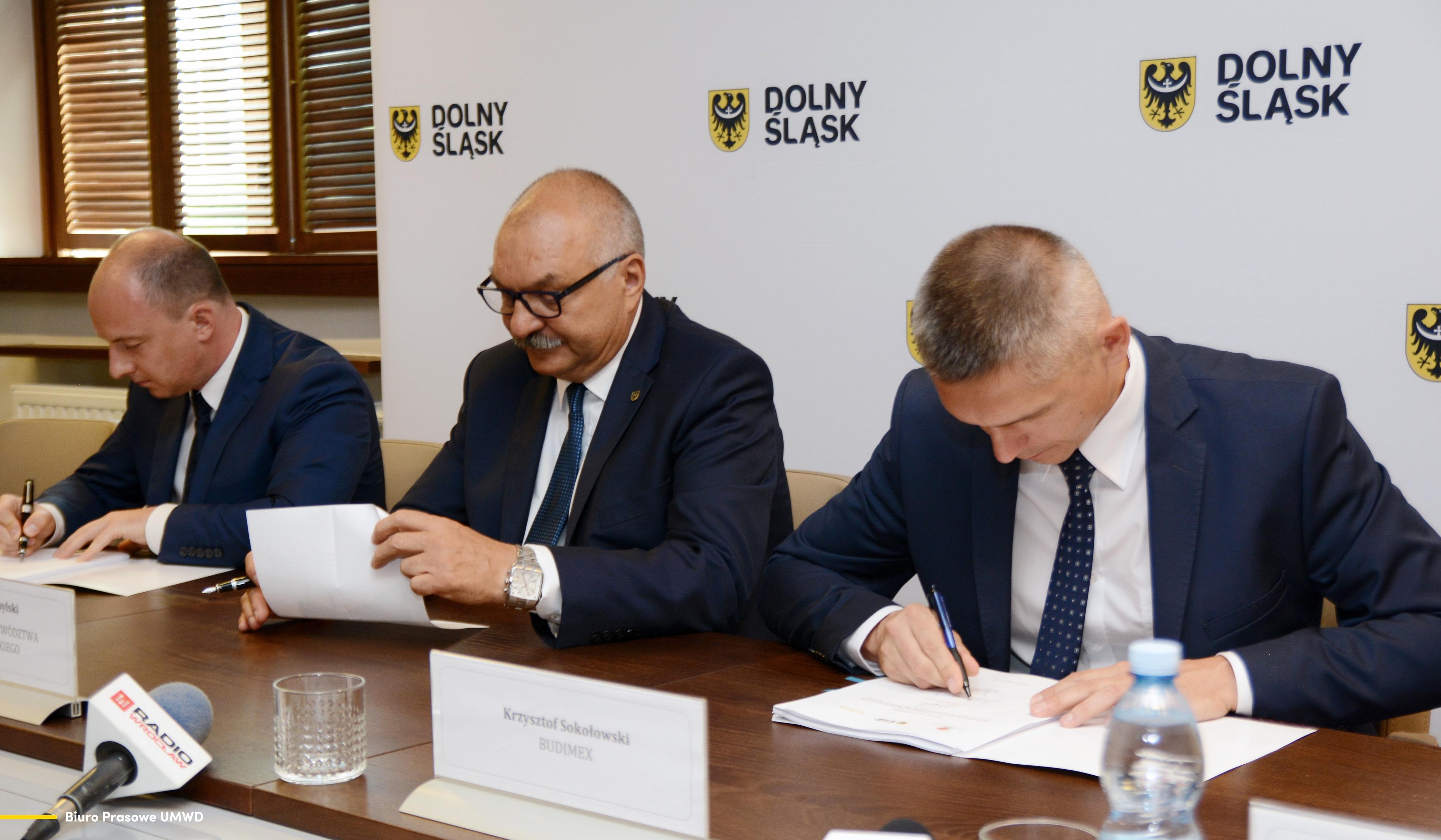 Podpisanie umowy na kolejny odcinek obwodnicy (fot. umwd.dolnyslask.pl)
