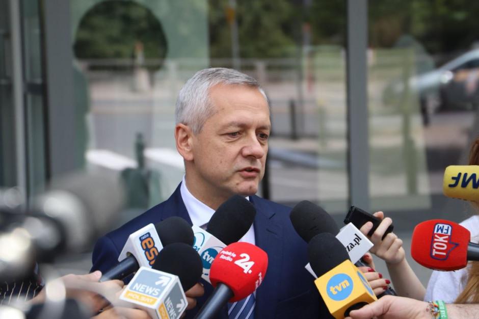 Samodzielna odprawa graniczna na lotnisku - minister przypomina o e-dowodach