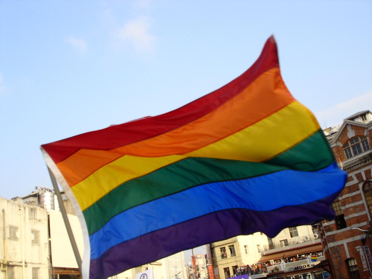 Tęczowa flaga – jeden z symboli społeczności LGBT (fot. wikipedia.org/theodoranian/CC BY-SA 3.0)