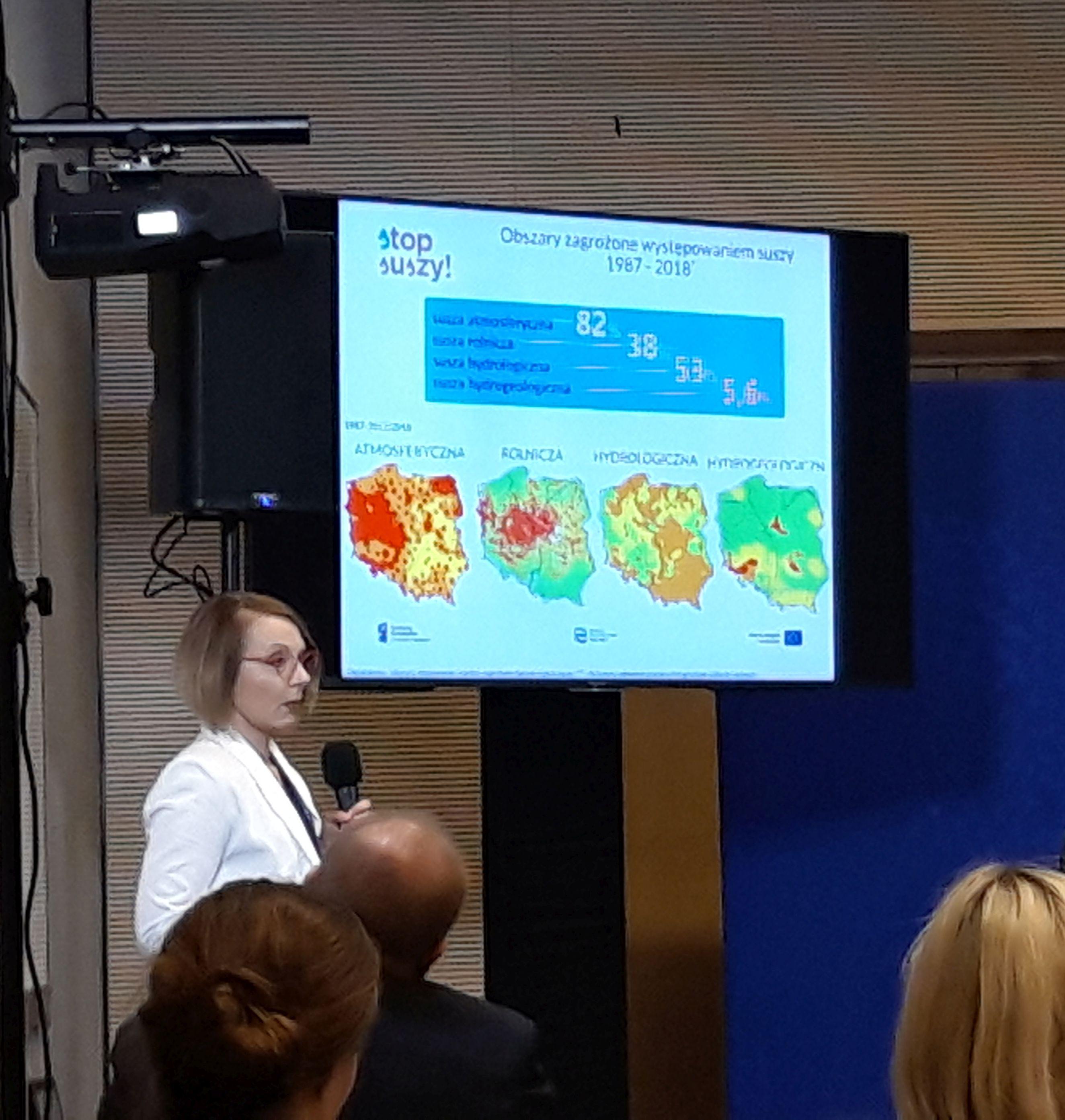Dr Małgorzata Stolarska prezentuje założenia Planu Przeciwdziałania Skutkom Suszy. Fot. M. Wroński/ PTWP