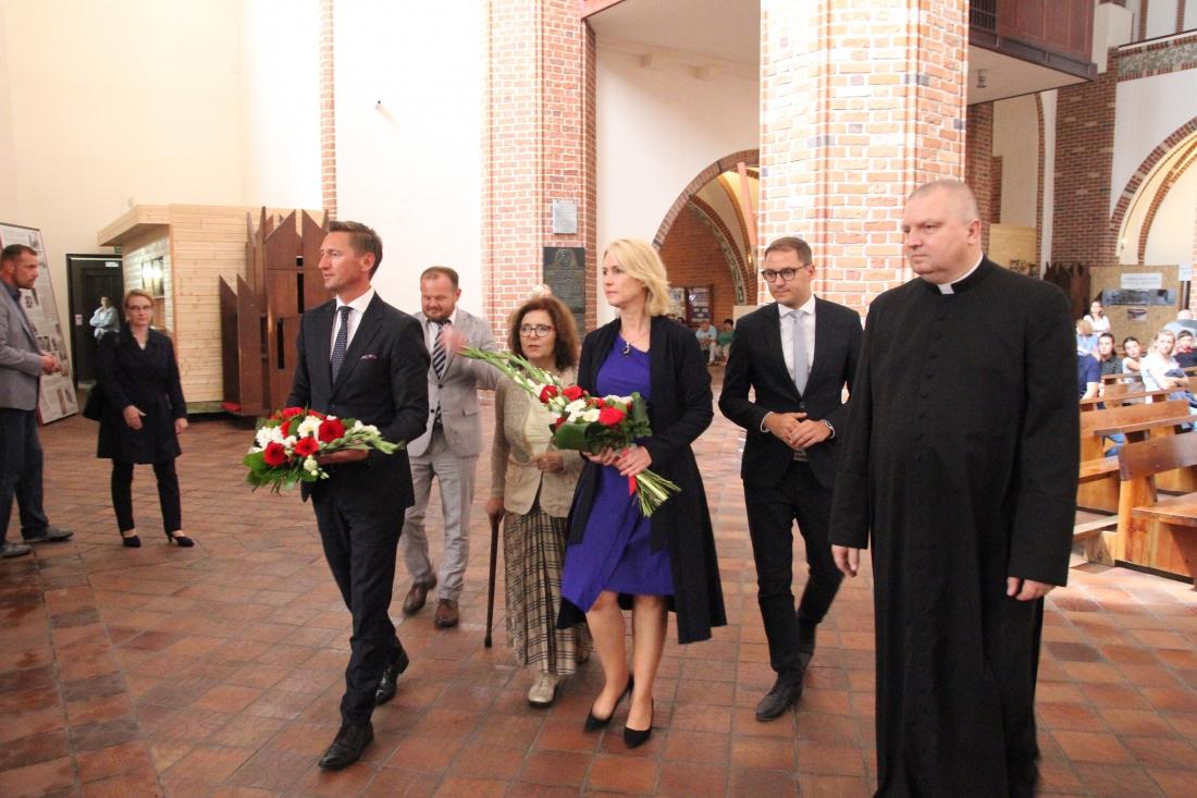 Geblewicz i Schwesig złożyli kwiaty w kaplicy poświęconej Armii Krajowej w szczecińskiej katedrze (fot. wzp.pl)