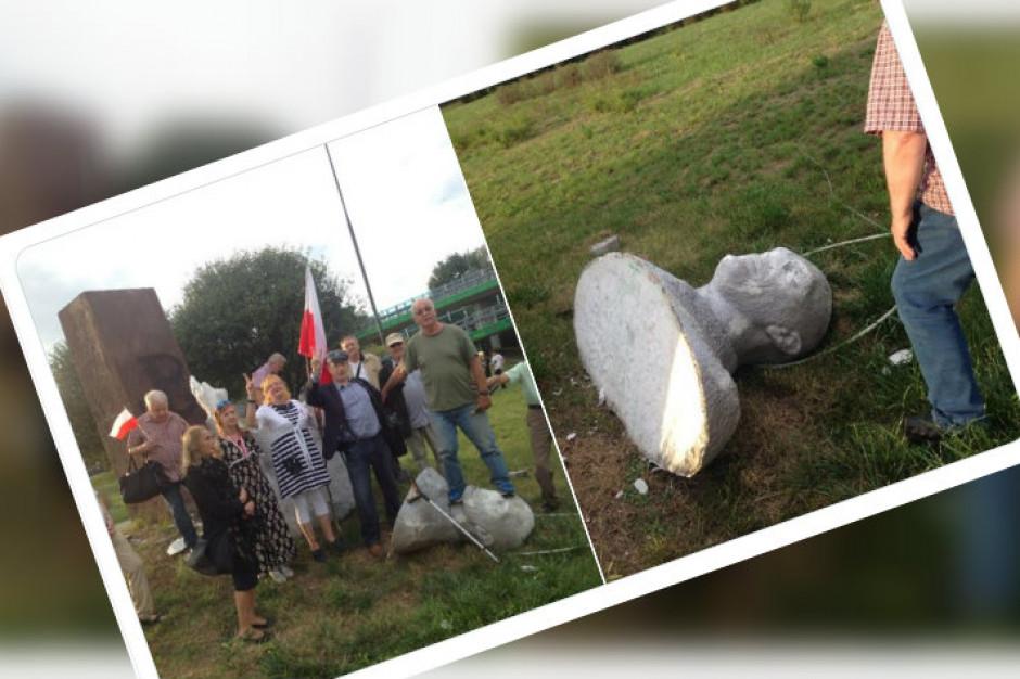 """Warszawa: zniszczono pomnik Zygmunta Berlinga. """"Zniesiony społecznie"""""""