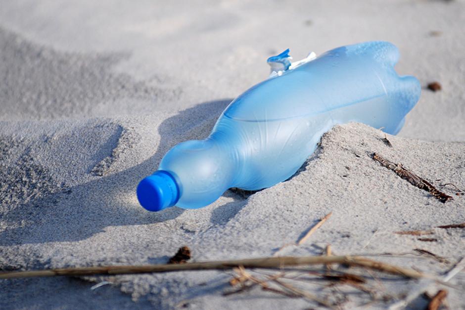 Francja chce do 2025 r. przestać wyrzucać odpady plastikowe do morza