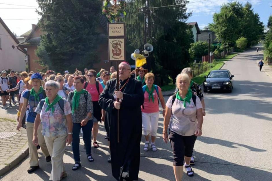 Kraków: Ok. 8,5 tys. osób idzie na Jasną Górę. Będą się modlić za abp. Jędraszewskiego