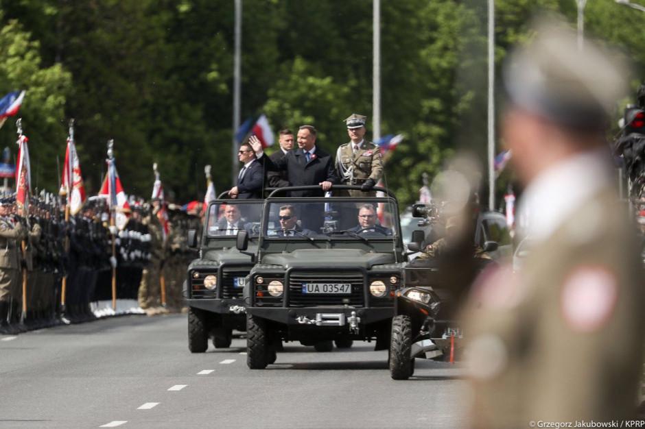 Przed defiladą 15 sierpnia żołnierze ćwiczą szyk, odległości i prędkość