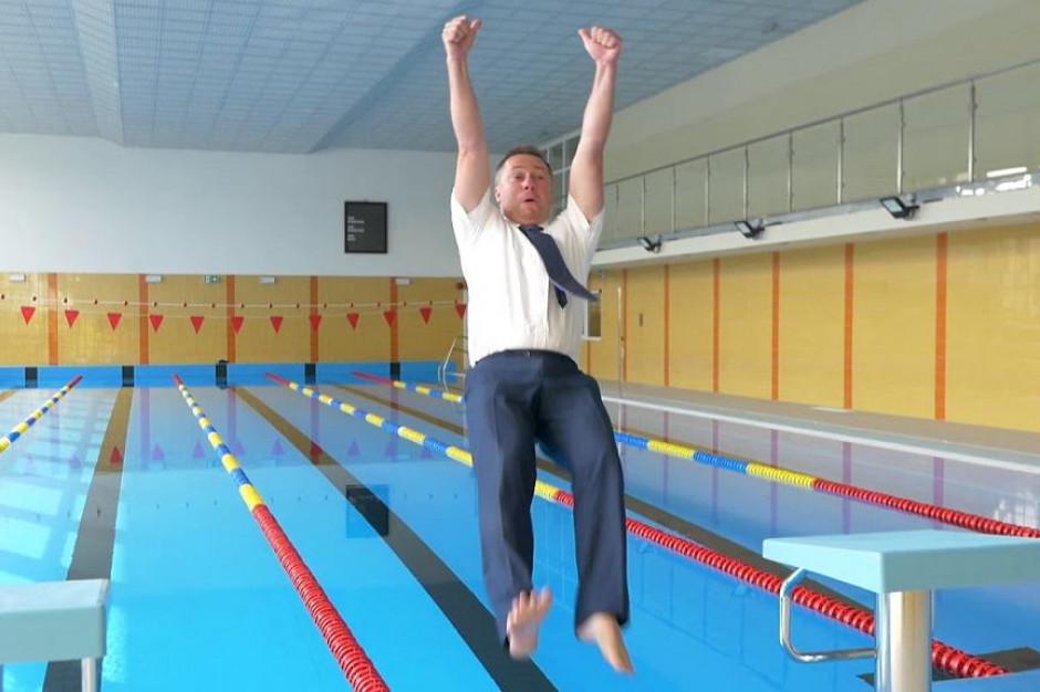 Zamknęli basen, bo skok burmistrza zanieczyścił wodę