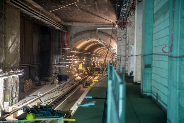 W tunelach montowane są instalacje i urządzenia odpowiedzialne za prowadzenie ruchu pociągów (fot. mat prasowe)