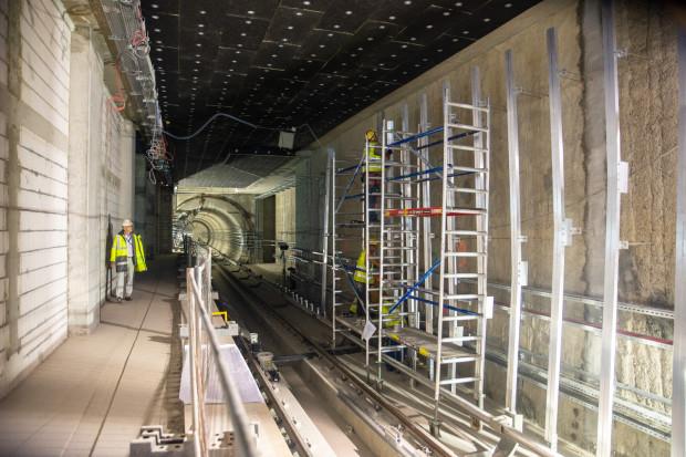 Na stacjach prowadzone są prace związane z montażem paneli ścian zatorowych (fot. mat. prasowe)