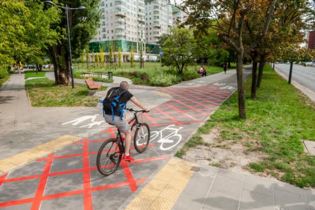 Czerwona kratownica w miejscu przecięcia drogi dla rowerów z ciągiem pieszym, na ul. Okopowej w rejonie ul. Wolność (fot.zgm)