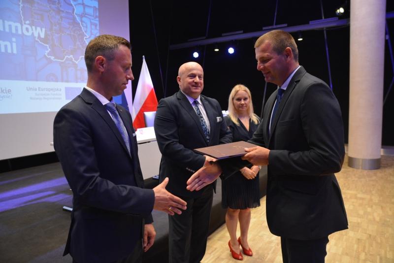 Pieniądze na realizację zadań wodno-ściekowych podpisały 33 gminy i 5 przedsiębiorstw (fot. UMWL)
