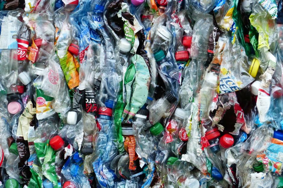 Bony zakupowe za recykling. Miasto ma pomysł jak pozbyć się plastiku