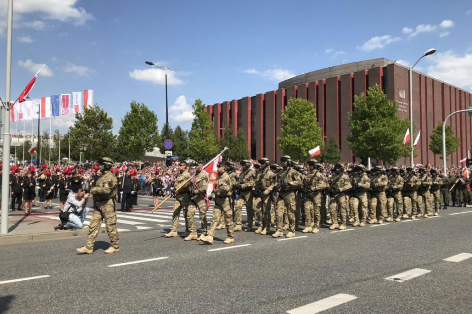 Wielka defilada z okazji Święta Wojska Polskiego. Tłumy na ulicach Katowic