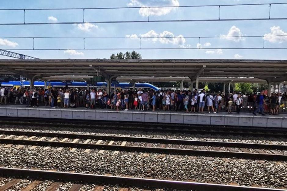 Tłok, ścisk. Koleje Śląskie przepraszają za niedogodności przy dojeździe na defiladę