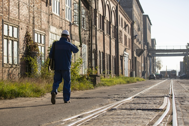 Choć teren dawnej Stoczni Cesarskiej w ciągu najbliższych lat zmieni swoją funkcję na miejską, póki co spotkamy tu jeszcze stoczniowców spieszących do pracy (fot. Jerzy Pinkas/www.gdansk.pl)