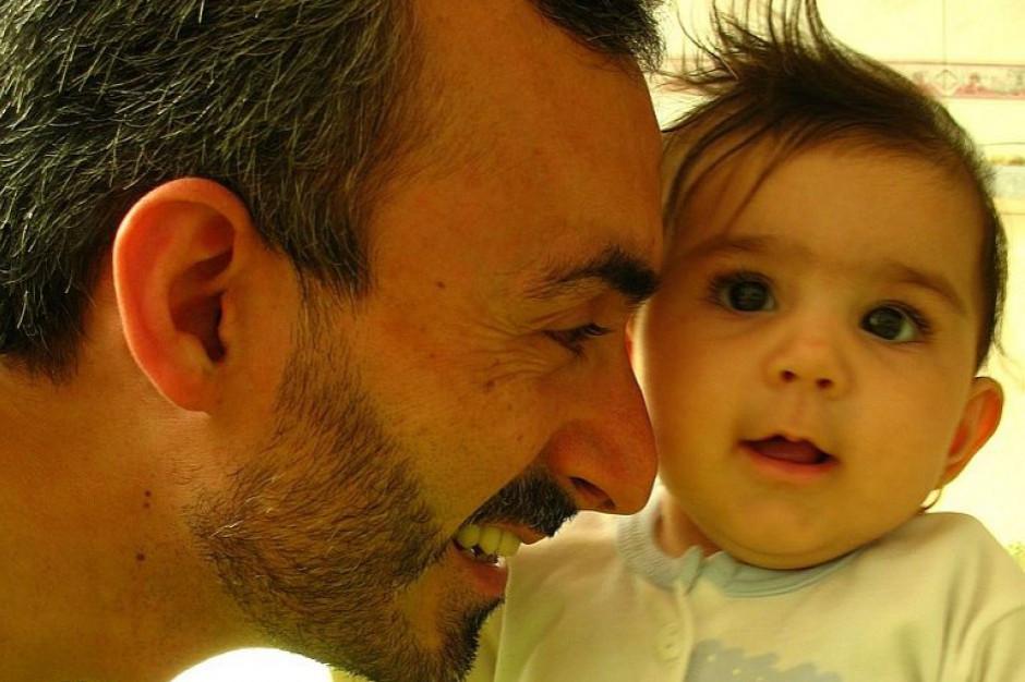 Ojcowie na urlopie po narodzinach dziecka? Chętnych przybywa