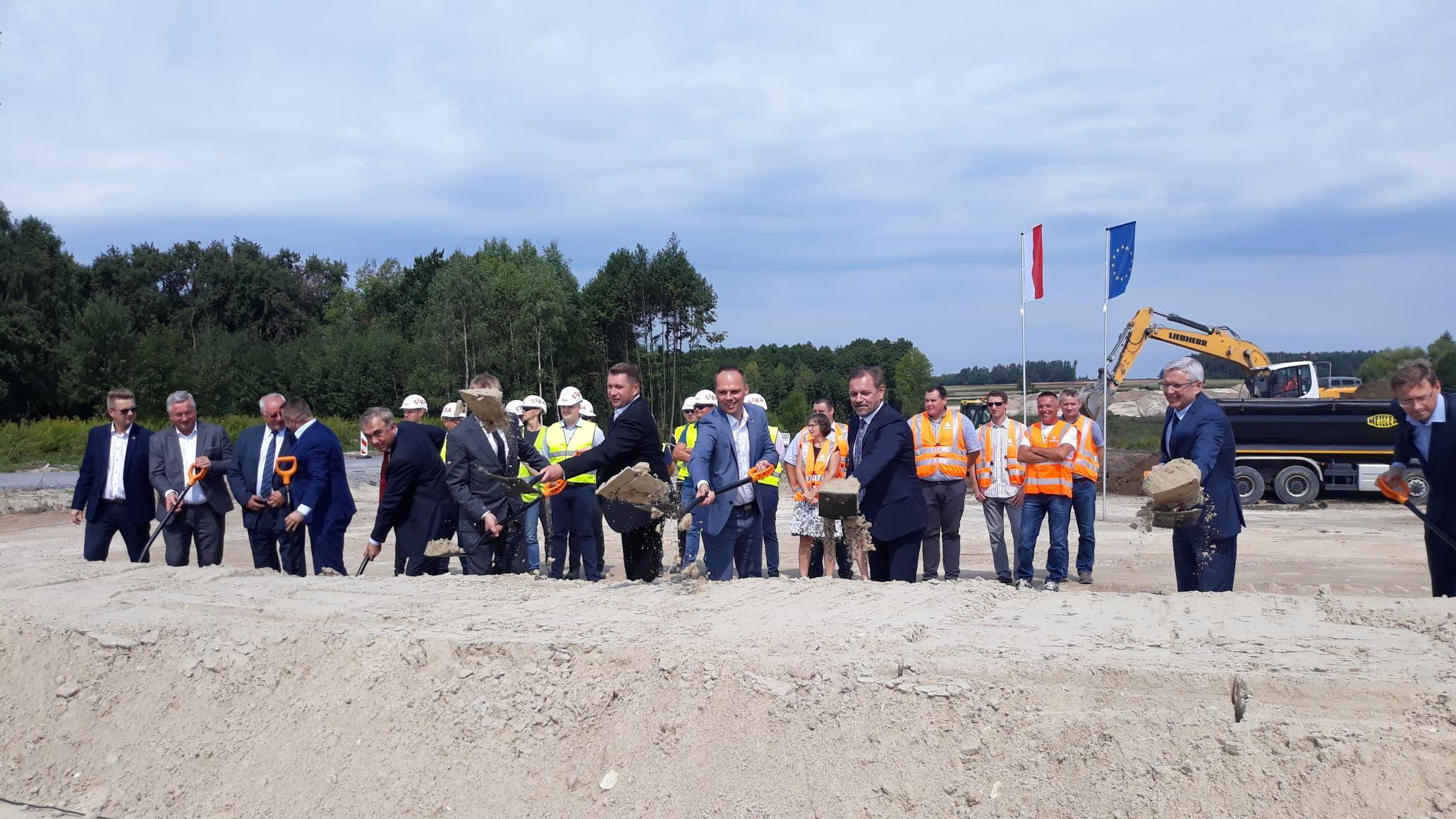 Uroczyste wkopanie łopaty oficjalnie rozpoczęło inwestycję (fot. Ministerstwo Infrastruktury)