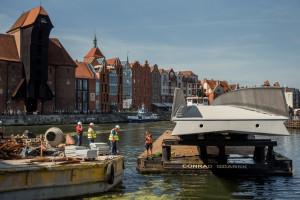 Gdańsk: główny element kładki na Wyspę Spichrzów jest już na Motławie