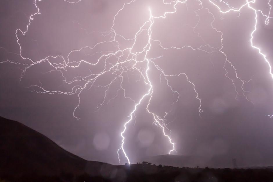 IMGW: burze z gradem w ośmiu województwach