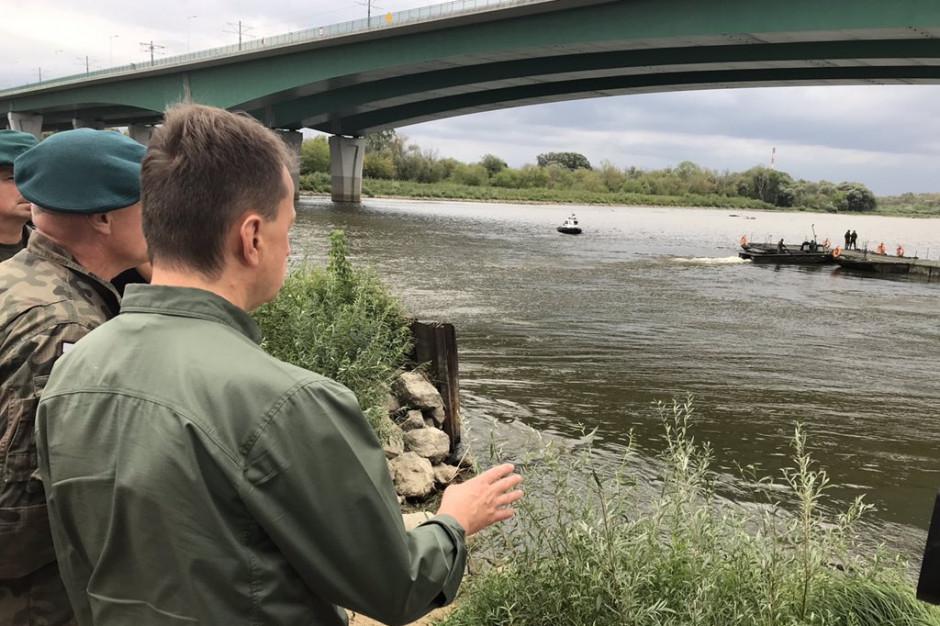Żołnierze kończą zrzucanie mostu pontonowego