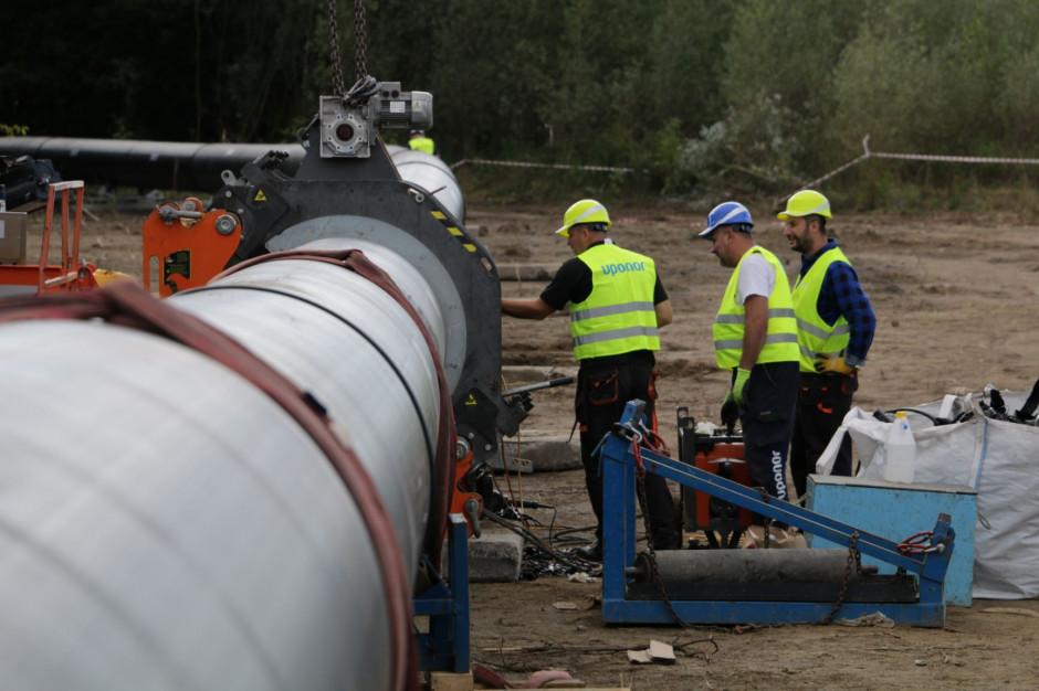 Wody Polskie: rurociąg jest w połowie drogi do mostu pontonowego