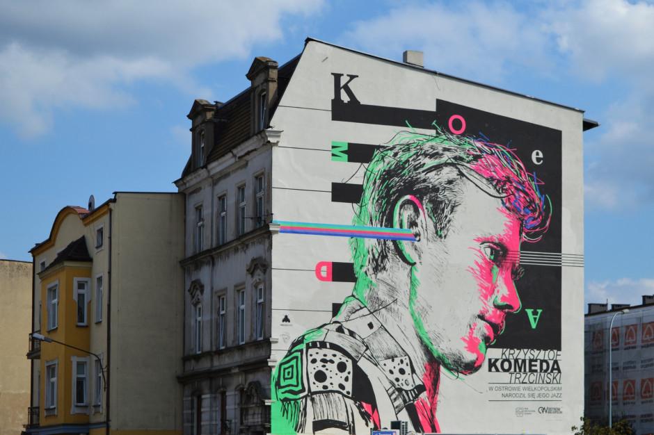 Na kamienicy w Ostrowie Wielkopolskim mural z wizerunkiem Krzysztofa Komedy