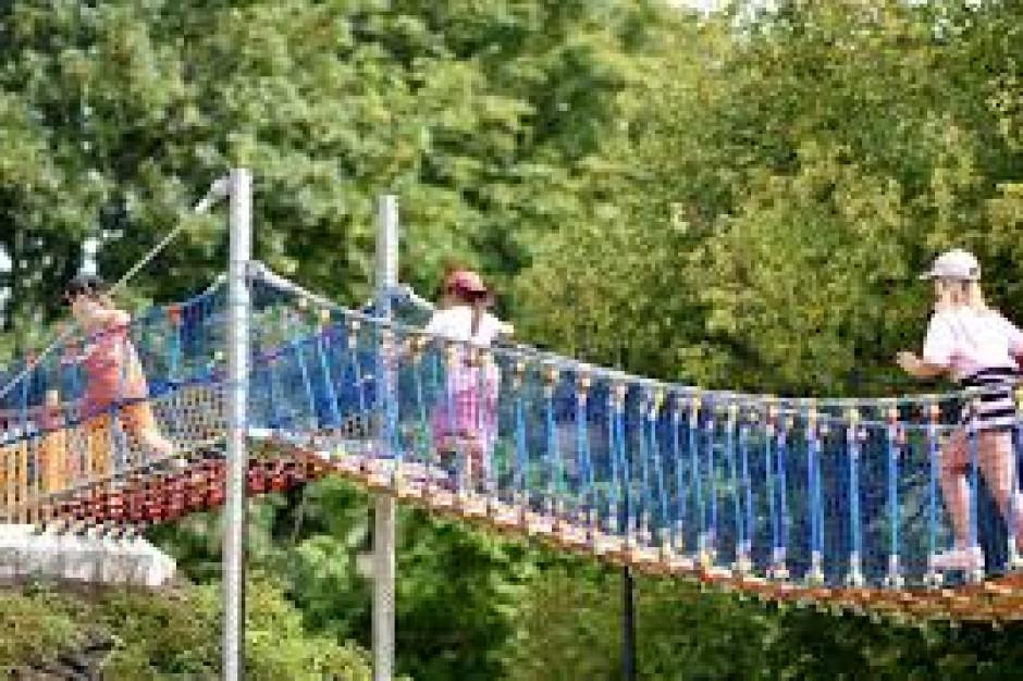 Trwają prace konserwacyjne na placu zabaw w warszawskim parku Ujazdowskim