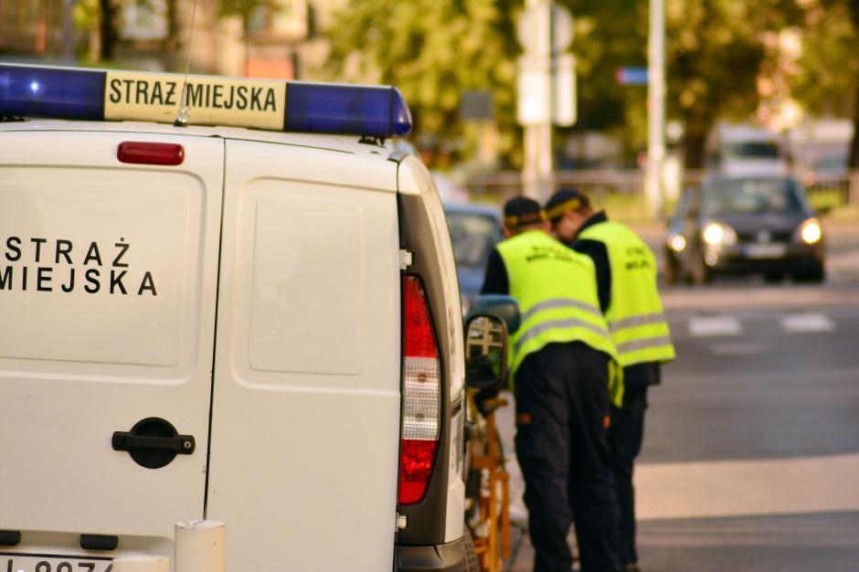 Strażnicy miejscy sprawdzają jak mieszkańcy stosują się do obostrzeń