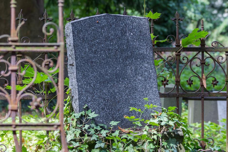Dewastacja nagrobków na cmentarzu w Wielkopolsce
