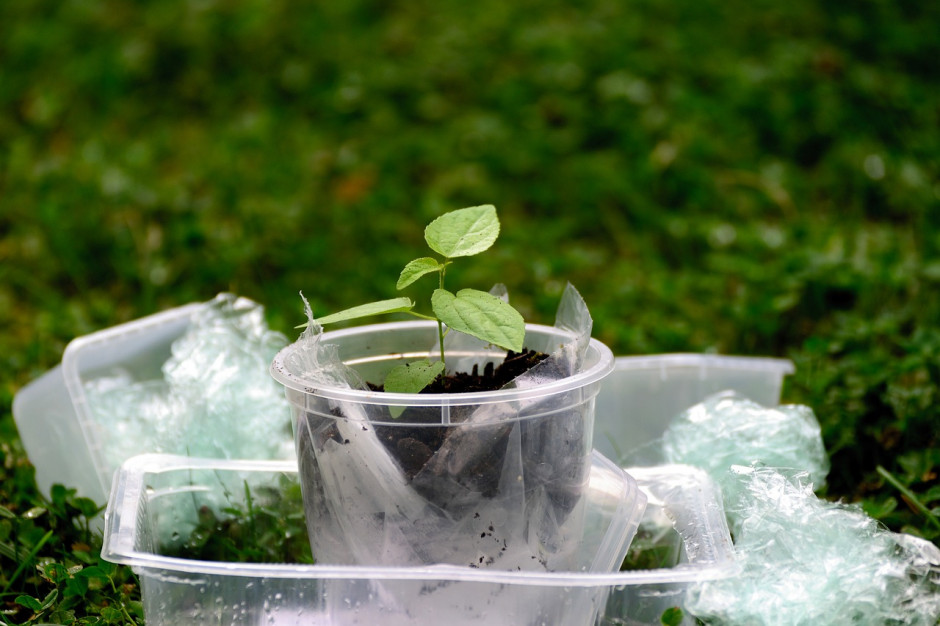 Resort środowiska zapowiada program zbierania i unieszkodliwiania foliowych opakowań