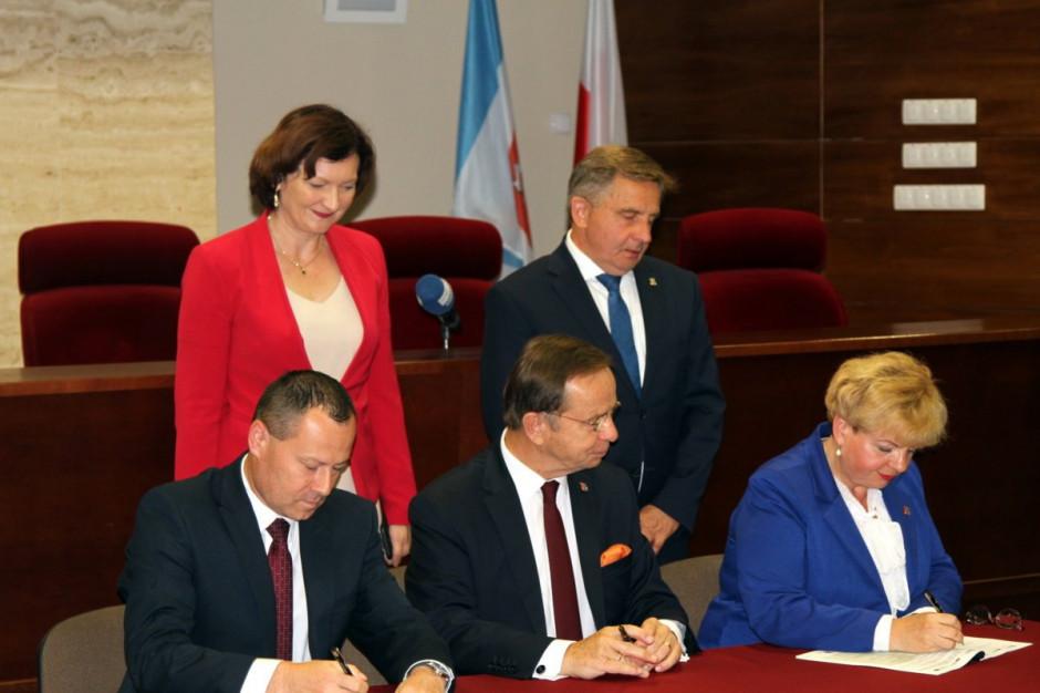 Umowy podpisane. Rusza budowa Podmiejskiej Kolei Aglomeracyjnej na Podkarpaciu