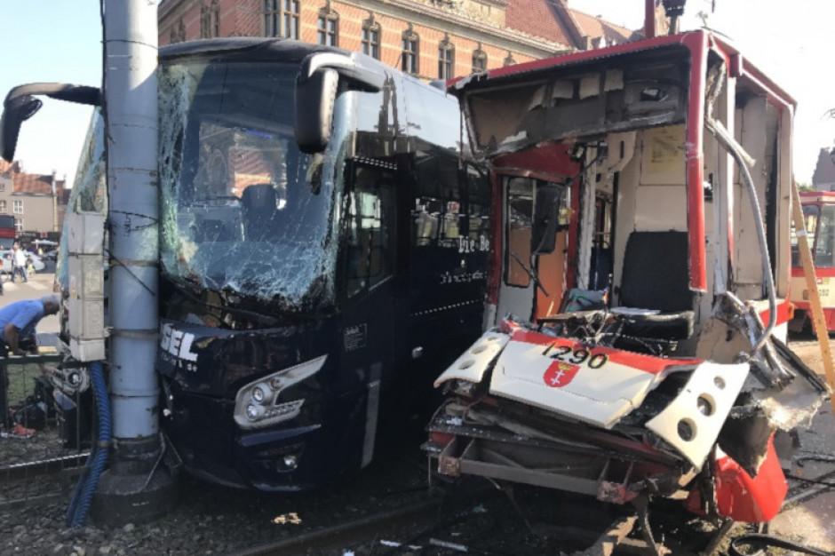 Zderzenie tramwaju i autobusu w centrum Gdańska. Kilkanaście osób poszkodowanych