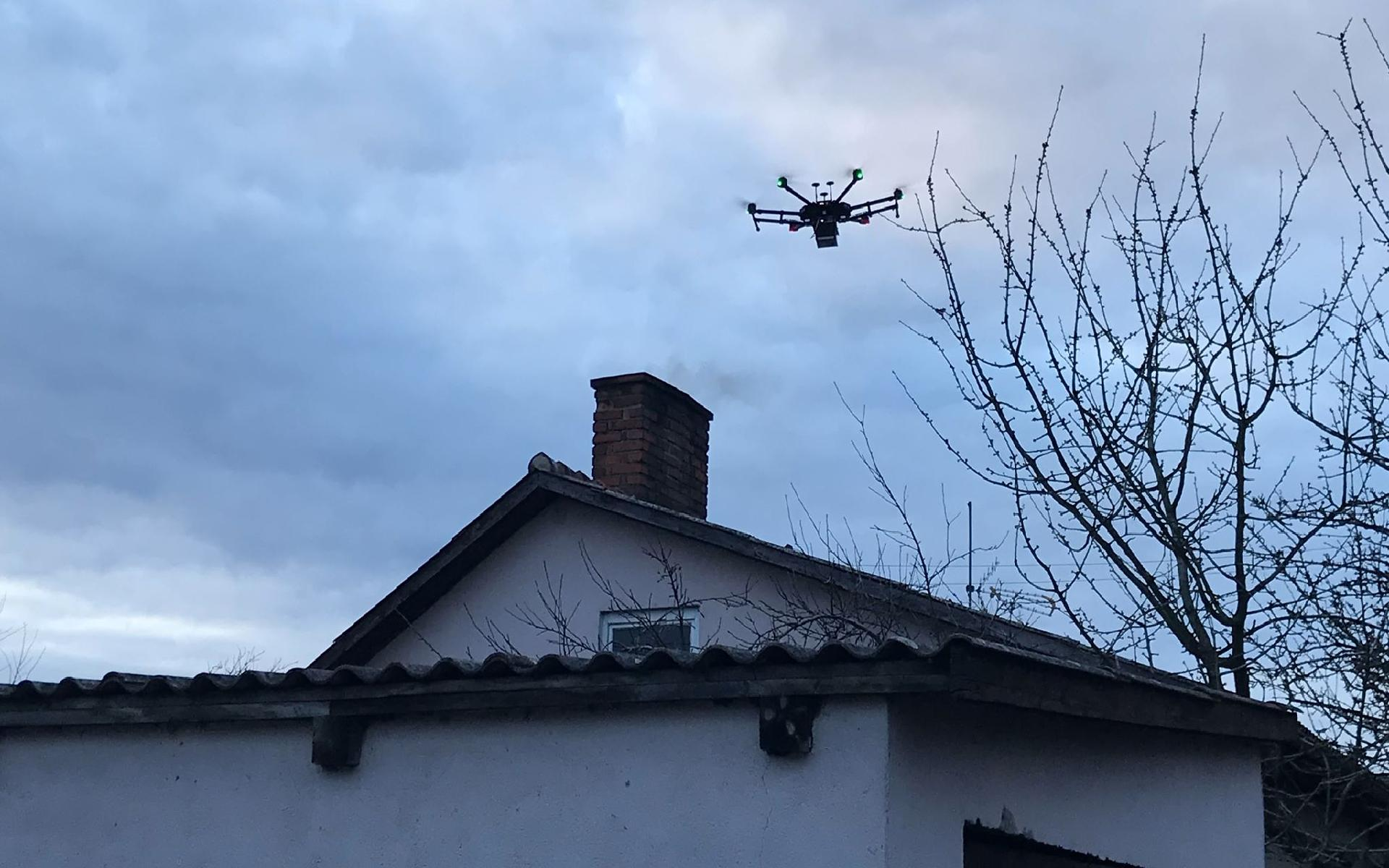Czujnik podpięty do drona pozwoli wykryć w spalinach emitowanych z komina danej posesji związki chemiczne, które z dużym prawdopodobieństwem wskazywać będą na spalanie odpadów (fot. poznan.pl)