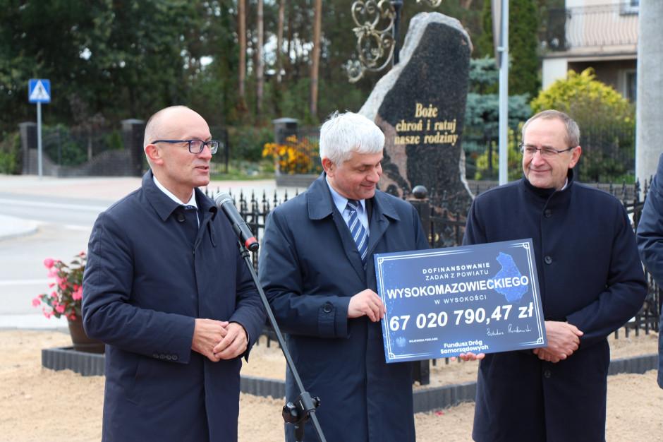 Podlaskie: samorządowcy z trzech powiatów odebrali czeki na dofinansowania inwestycji drogowych
