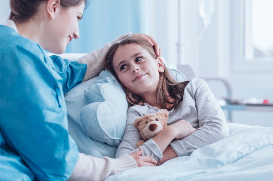 Nauczanie w szpitalu: Nauczyciele towarzyszą swoim uczniom w chorobie