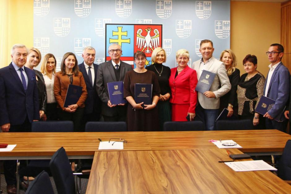 Świętokrzyskie: unijne pieniądze na kształcenie zawodowe, językowe i projekty dla seniorów