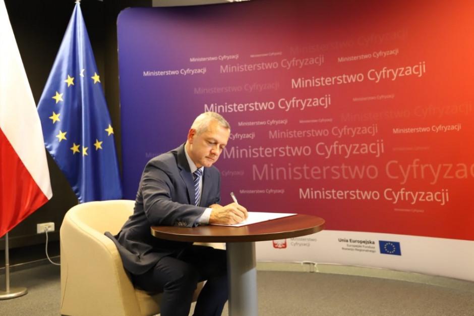 """Minister cyfryzacji: """"e-usługi zdają egzamin"""". Za trzy lata wszystkie budynki mieszkalne podłączone do sieci?"""