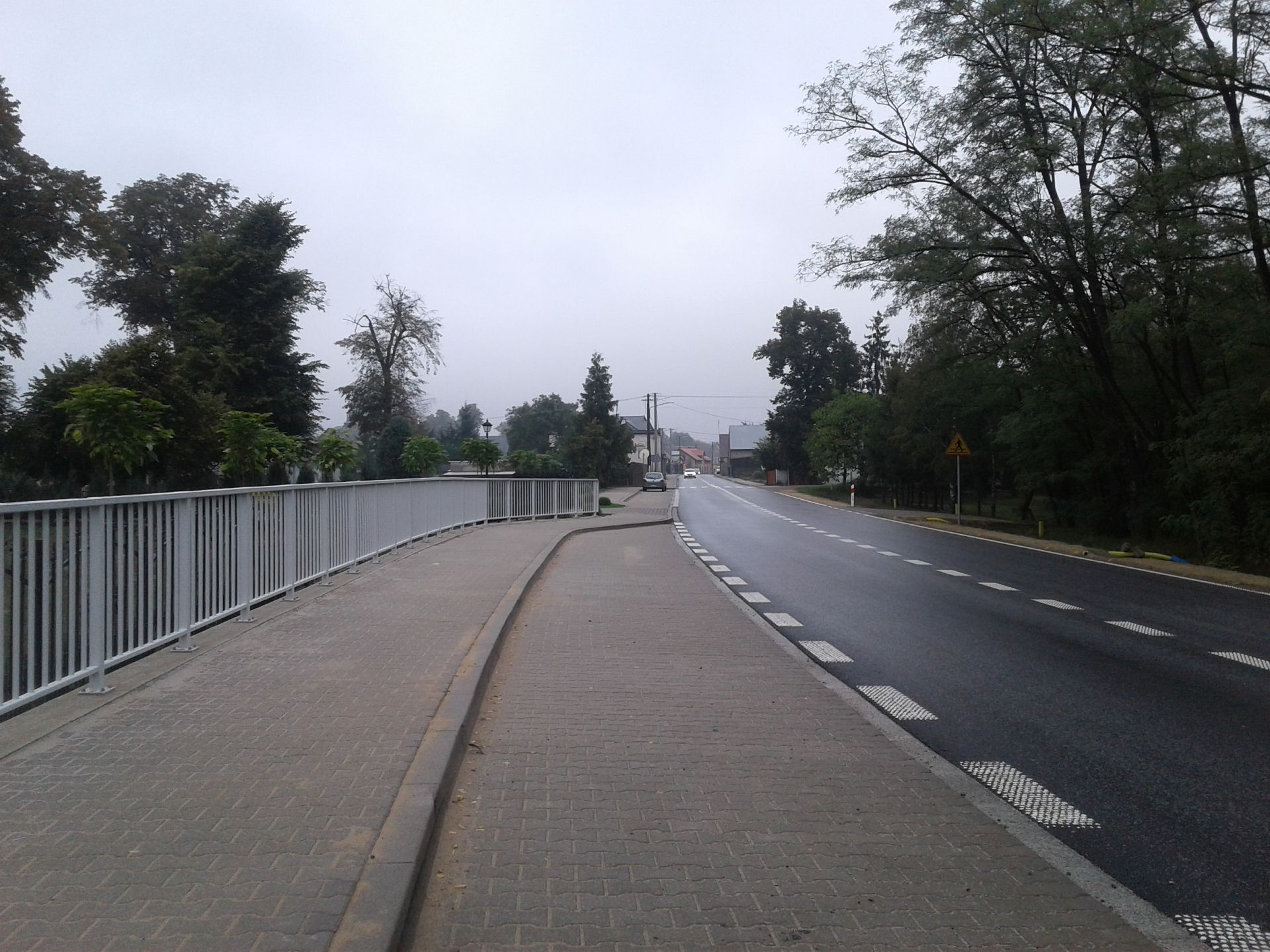 W ramach inwestycji powstały chodniki, ścieżki pieszo-rowerowe i zatoki autobusowe oraz elementy bezpieczeństwa ruchu (fot. wzdw.pl)