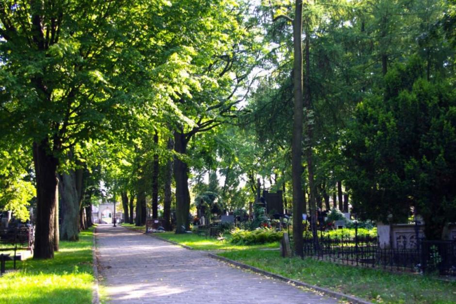 Cmentarze w całej Polsce zamknięte. Pogrzeby odbywają się zgodnie z planem